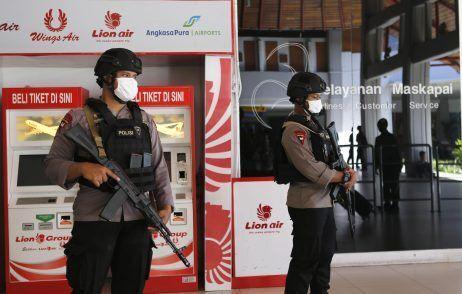 با افزایش آمار تلفات کرونا ارتش اندونزی به خیابان ها آمد